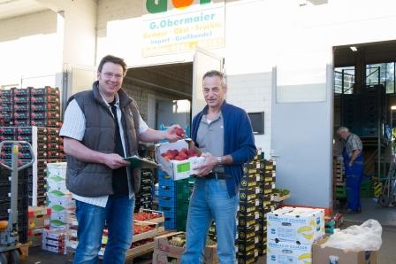 10 1 Obst und Gemüse Obermaier Georg Obermeier im Verkaufsgespräch