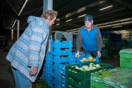 2 1 Gartenbau Weishaar Manfred Weishaar mit Kundin